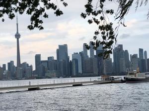 Nach einem schönen Aufenthalt steigt man wieder in eine der Fähren vor der schönen Skyline von Toronto.